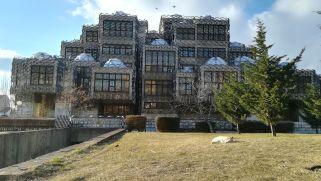 """Pristinai városlátogatás: A Koszovói Nemzeti Könyvtár állítólag a világ legrondább épülete. A fehér albán kucsma szimbóluma viszont az 1980-as évek vonatkozásában """"bátor"""" vállalkozás"""
