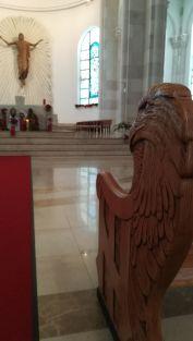 Az albán sas a katolikus székesegyházban is jelen van