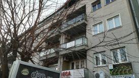 A Konrad Adenauer Alapítvány is csak panellakásban tud bérelni székhelyet. A nemzetközi szervezetek adatai szerint az átlagbér 330 euró körül mozog. Sokan viszont 500 euró körül keresnek. A munkanélküliségi ráta 33 százalék tájékán van. Az országot tulajdonképpen a Nyugat-Európában és az Egyesült Államokban élő koszovói albánok tartják el
