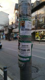 Villanyoszlopra ragasztott gyászhírek Pristinában. A zöld az iszlám színe