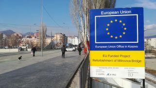 A Kosovska Mitrovicában levő hidat az Európai Unió pénzéből építették. Ebben az esetben a híd nem az összetartozás, a közös sors és élet, a béke és az áthidalható ellentétek jelképe, hanem az elválasztottságé. 2009-ben még át lehetett hajtani rajta kocsival, mára már lezárták