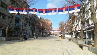 Mitrovica szerb része. Szorult szívvel mentünk át, attól tartottunk, hogy amennyiben Hysen kollégám valakivel szerbül kezd majd beszélni, s érzékelik az albán hangsúlyát, bajba keveredik. Eléggé feszült volt a légkör