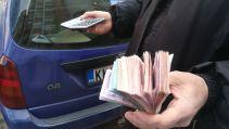 Mintha Erdélyben lennénk az 1990-es években: utcai valutaváltó. Hysen szóba elegyedett vele, s a szerb férfi máris el akart adni neki valamiféle gyümölcspárlatot, nem érdekelte, hogy albán. – Pénzhiány van, bárkivel üzletelünk – mondta a barátságos szerb valutaváltó