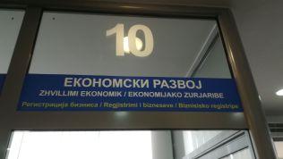 Az egyik nap a mintegy 10 ezer lelket számláló Gracanica szerb városba mentünk. A városházás háromnyelvű felirat fogadott albán, szerb és cigány nyelven...