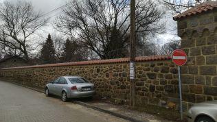"""A szerb ortodox kolostort szögesdrót védi. Az épületben megismert lengyel EU LEX katonák (az EU rendőri alakulata) azt mondták, az albánok igyekeznek """"megsemmisíteni"""" a szerb települést. Ezt egyetlen más személytől sem hallottuk. A boltban vallásos ereklyéket áruló nő elpanaszolta: félnek"""