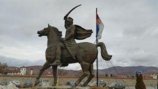 A nemzeti hős szobrát és a szerb zászlót nem bántják az albánok. Nem másért, de egy sem él belőlük a szerb városban