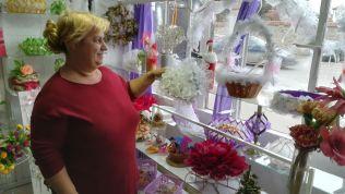 A nő látta, hogy turisták vagyunk, s a kirakat mögül ránk mosolygott. Bementünk az üzletbe, elbeszélgettünk vele. Örvendett, hogy a külföldiek a szerbeket is meglátogatják