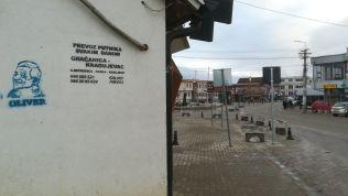 2018 januárjának közepén Kosovska Mitrovicában lelőtték Oliver Ivanovic mérsékelt koszovói szerb politikust. Az elkövetők egy mozgó járműből adták le a lövéseket. A 64 éves Ivanovićot 2016-ban az Európai Unió jogi és igazságügyi missziójának (EULEX) bírósága háborús bűnök, egyebek mellett gyilkosság miatt kilenc év letöltendő börtönbüntetésre ítélte, tavaly azonban a koszovói fellebbviteli bíróság az ügy újratárgyalását rendelte el. A koszovói politikus 33 hónapot töltött előzetes letartóztatásban, később házi őrizetben volt