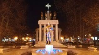 Szobor szobor hátán Szkopjéban