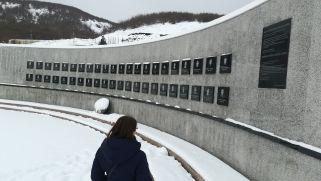 A Racak falu határában történt mészárlás vette rá az amerikaiakat, hogy cselekedjenek. Három hónap intenzív bombázás után a szerbek feladták a harcot, Milosevic elnök beismerte vereségét, nem volt több vérengzés Koszovóban