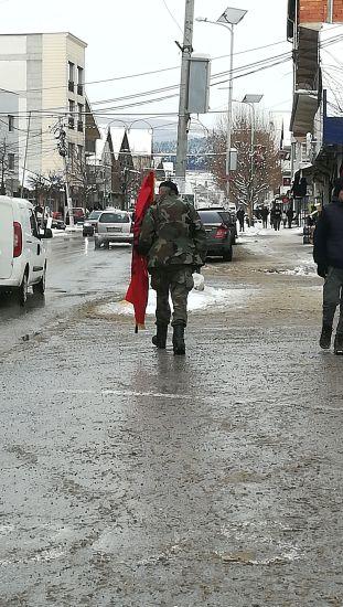 Vártunk a buszt Prizren fele, megjelent egy katonai ruhába öltözött férfi az UCK szászlóval a kezében...