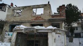 ... akárcsak sok szerb házát