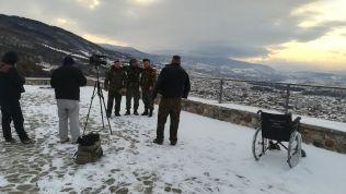 """A prizreni várba nehezen jutottunk fel. Megérte a kilátás, s az is, amit nem gondoltunk volna, hogy látunk: a Koszovói Felszabadító Hadsereget éljenző videó készül. A tolószék a """"sebesült"""" katonát szállította..."""