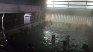 Néhányszor átmentem a szomszédos medencébe, ahol valamivel alacsonyabb volt a víz hőmérséklete, aztán vissza a forróba... :)