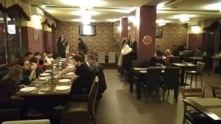 Este nyolc előtt már csak egy lefoglalt asztal volt üres... Kedvelik a helyet
