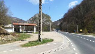 A Vajdahunyad és Petrozsény közötti 66-os országúton itt kell letérni a Véka-szurdokhoz (Cheile Băniței), azaz a nagy kanyarok előtt