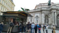 Sorban állnak a finom kolbászért az Albertina előtt: Bitzinger