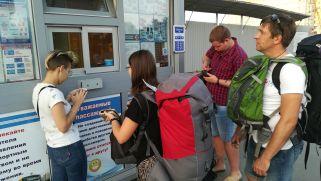 Egy marsrutkával (a reptérbusz az orrunk előtt ment el) potom áron (egy kevés eurót már a repülőtéren váltottunk) bejutottunk a vasútállomásig, innen meg városi busszal Júliáig – Yulia. Folyamatos kapcsolatban álltunk a házigazdánkkal, nagyon hatékonyak voltunk. Bár szinte senki sem beszélt angolul, elboldogultunk: amikor nem vált már be a Google Translate applikáció, akkor megkértünk egy helyi személyt, hívja fel a házigazdánkat. Így jártunk el a fotó bal oldalán levő szőke hölggyel is…