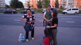 A néni az autóbuszon akadt ránk. Vele is felhívattuk a házigazdánkat, oroszul egyezzenek meg, hol vagyunk, s mennyit kell még mennünk. A közös nyelv nem segített, a nő eléggé ittas állapotban volt… Végül a házigazdánk kijött értünk a megállóba… :)