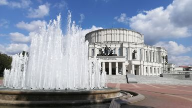 Az opera épülete volt az egyeten jellegzetes épület, amely túlélte a második világháború rombolásait