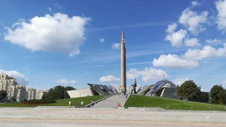 Fehéroroszországban nem a Második Világháborúról, hanem a Nagy Hazafias Háborúról beszélnek, amely során a nép felszabadította magát a náci elnyomás alól. Úgy döntöttünk, meglátogatjuk a háborúnak és a hőstetteknek szánt múzeumot