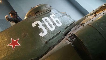 """A második világháborúban sokat szenvedett az ország, lakosságának jelentékeny részét (750 ezer és 3 millió között) elvesztette, ipara elpusztult. A világháború után főleg a gépjárműgyártás és a vegyipar fejlődött, Belarusz a szovjet gazdaság """"összeszerelő üzemévé"""" vált"""