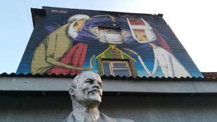 Igen jellegzetes ellentmondás Minszk volt ipari negyedében, ahol a gyárakat szórakozóhelyekké, kulturális klaszterekké alakították át. A múlt valamiféle fétis-kísértetként mégis jelen van, ebben az esetben Lenin mellszobra formájában (Saját felvételek. A fotókat a forrás megjelölésével lehet használni)