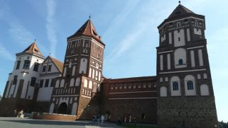 A miri kastély három évszázadon át a Radziwiłł-család birtokában volt. A jellegzetes vörös téglából épült vár és a mellette levő kisebb park napjainkig megmaradt. A kulturális Világörökség rangjának elnyerése óta folyamatos rekonstrukció folyik. A négy, egyenként 25 méter magas sarokbástyával védett várudvar mintegy 75 méter átmérőjű, a bejárat felett egy ötödik bástya magasodik. A várfal magassága 13 méter, vastagsága mintegy 3 méter