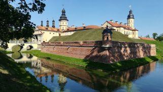 Impozáns, kívülről is mesebelinek tűnő: Nyaszvizsi vár. A Világörökség részének nyilvánított vár szintén a Radziwiłł család birtokában volt. 1939 szeptemberében Nyaszvizs a Szovjetunió része lett, az arisztokrata családok minden birtokát államosították. A nyaszvizsi kastélyban szanatóriumot rendeztek be, ezt a célt szolgálta egészen 1994-ig, amikor a Belarusz Köztársaság Kulturális Minisztériumának kezelésébe került. A várkertben geoládát is találtam… :)