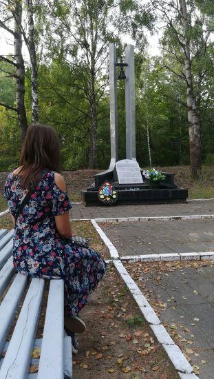 Útban Bresztbe újabb Holokauszt-emlékhelyet látogattunk meg: Bronnaya Gora / Bronna Góra. Még az útikalauzok leírása alapján is körülményes volt megtalálnunk vasúti sínek mellett levő szerény emlékművet