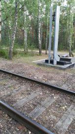 Hátborzongatóak a közelében levő vasúti sínek: ezeken hozták a helyszínen főbelőtt és tömegsírokba helyezett lengyelországi zsidókat. 1942 májusától novemberig körülbelül 50 ezer (!) zsidót mészároltak itt le, a hullákat 4 méter mély, 60 méter hosszú tömegsírokba helyezték el