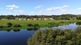 Idillikus, festői környezet. Lukasenka tulajdonképpen Alexandria elnevezésű faluban született, de ha már szomszédos település, akkor Kopyst is jól rendbe tette. Az állami hivatalos narratíva szerint a kormány éppen e két településsel kezdte a fehérorosz falvak és községek infrastruktúrájának korszerűsítését, a közművek bevezetését, a közterek felújítását és a közélelmezési egységek létrehozását… Ismerős?