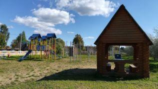Játszóteret is építettek, bár egyetlen gyermek sincs a környéken...