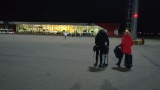 Budapestig személygépkocsival (meghirdettem a fuvart, voltak utasok, az üzemanyag nem került pénzbe), majd a Wizz Air diszkont légitársaság járatával jutottunk el Kutiszibe. A repülőjegyeket még májusban megvásároltuk, így csupán 120 euróba került a menettérti. Hajnali órában érkeztünk a grúziai városba, jól jött a gyaloglás a géptől a terminálig…