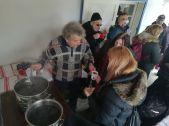 Szabó Zsolt, a Szentimrei Alapítvány elnöke forralt borral és teával kínálja a Szentimrei-házhoz érkezett vendégeket