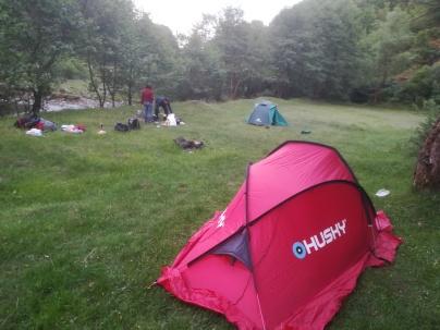 A péntek esti érkezés után Kisompoly (Ampoița) település után, a patak mellett Bibi látta meg a kiváló sátorozóhelyet