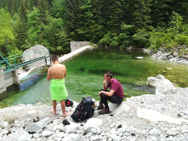 Bence nem ijedt meg a hideg víztől... :)