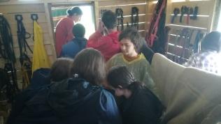 Az újságíró szakos diákok is behúzódtak a házikóba az eső elől
