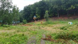 A tó körüli biciklitúra első akadálya: magánterület az erdő közepén. A kutyák nem voltak elengedve, a tulajdonos nem volt ott. A turistajelzés a telken át haladt, mi is