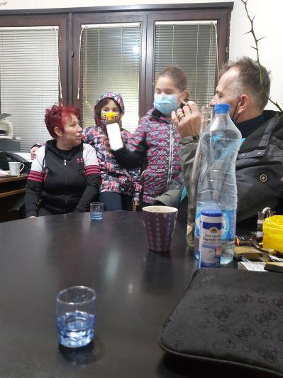 Bijeljina, házigazdáink. Természetesen, azonnal előkerült a rakija