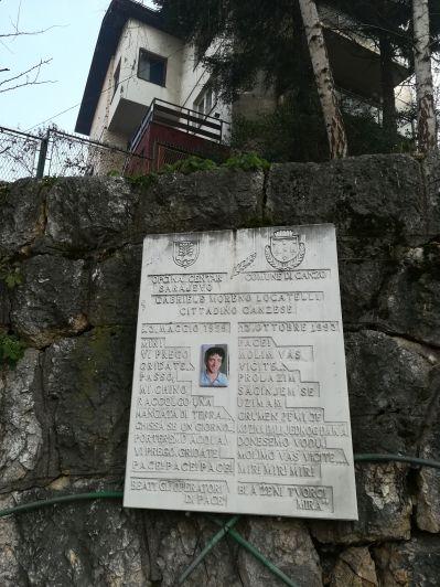 A szarajevói szállásunk közelében lévő emléktábla révén máris szembesültünk a háború nyomaival