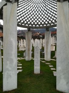 Alija Izetbegovici volt bosnyák államfő sírja egy szarajevói köztemetőben