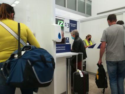 A máltai repülőtérre történő érkezéskor szigorúan ellenőrzik az uniós digitális COVID-igazolványt és az úgynevezett digitális utas-helymeghatározó űrlapot. Utóbbi QR-kódját nem tudták beolvasni, mert lerobbant az informatikai rendszer, szerencsére kinyomtattam…