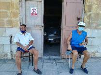 Mihelyt az X4-es busz a repülőtérről bevitt Vallettába, a turisták által látogatott helyek helyett, a helyiek lakta városrészeket kerestem fel. Így kerültem a Foriana nevű lakónegyedbe, ahol máris két rokonszenves férfire bukkantam…