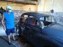 Mihelyt az X4-es busz a repülőtérről 2 euróért bevitt Vallettába, a turisták által látogatott helyek helyett, a helyiek lakta városrészeket kerestem fel. Így kerültem a Foriana nevű lakónegyedbe, ahol máris két rokonszenves férfire bukkantam… Egyikük, Victor Bone, büszkén mutatta meg az 1958-ban gyártott Morris 1000 típusú személygépkocsiját, amelyet 1970-ben vásárolt… Victor éppen, a jelzőlámpa működését mutatja meg…