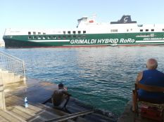 Gyaloglásom során a kikötő bejáratához közeledve lettem figyelmes a tisztálkodó vendégmunkásra és a helyi horgász szimbiózisára...