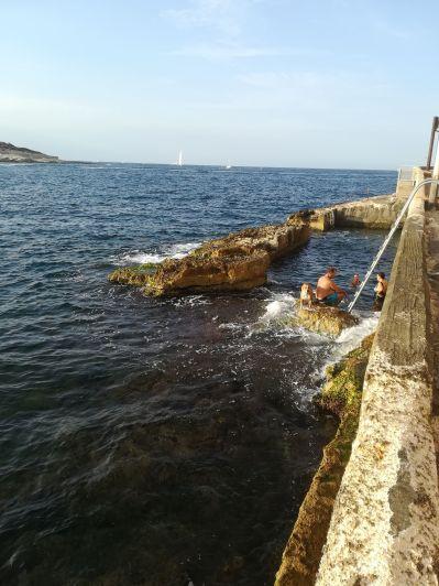 Csupán a helyiek által ismert és frekventált fürdőhely Valletta várfalának tövében