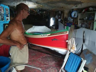 dA helyi horgásznak megcsodáltam és megdicsértem a restaurálás alatt álló, helyi színekkel és motívumokkal díszített csónakját… Behívott, megmutatta büszkeségét