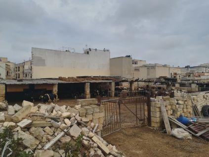 Paloában, avagy Raħal Ġdidben tehéntenyészetre bukkantunk Balázzsal. Ő már ismerte a helyet, itt a biciklis letérő tanítványa felé, nekem pedig itt kell balra fordulnom bringámmal ahhoz, hogy hazaérjek… Mit keres itt a karám? Azt mondja, előbb az volt itt, aztán épültek a házak… :)