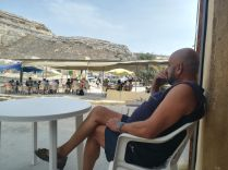 Gozo szigetén eredetileg Rabatba és az Azúr Ablakhoz próbáltam eljutni, de mivel utóbbi időközben beomlott, az úgynevezett belső tengerhez mentem el. A nyílt tengerre történő csónakozás helyett inkább egy volt helyi tűzoltóval társalogtam…